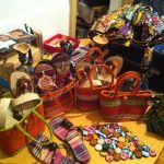 Kunsthandwerk aus Kamerun: Sandalen, Körbe
